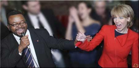 Hanna Zdanowska i John A. Godson - tu po wygranej wyborczej (fot. sulekha.com/modyf. Nacho)