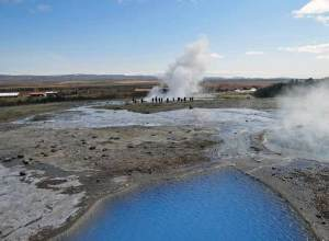 Turyści gromadzą się przy tryskającym co kilka minut Strokkurze (fot. Nacho)